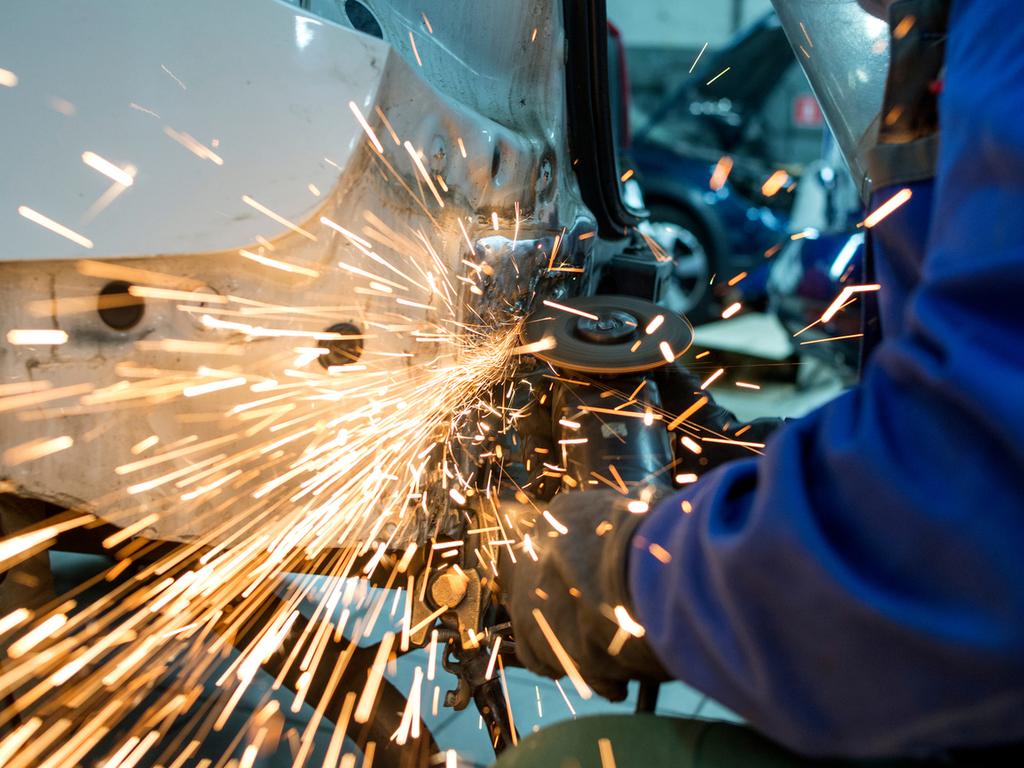 Замена крыльев, рихтовка и покраска кузова Skoda Octavia на СТО в Минске